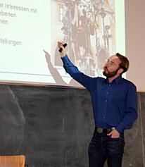 Herr Lauven hält Vortrag im Hörsaal