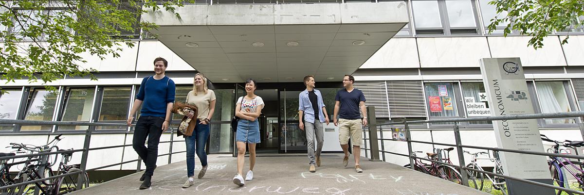 Studierende vor Oec-Haupteingang