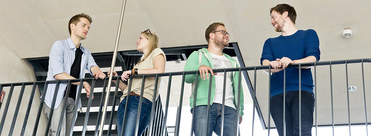 Gruppe Studierende im LSG am Geländer stehend