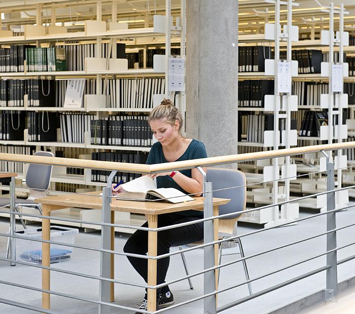 studentin sub buch regale 720px - Uni Gottingen Bewerbung