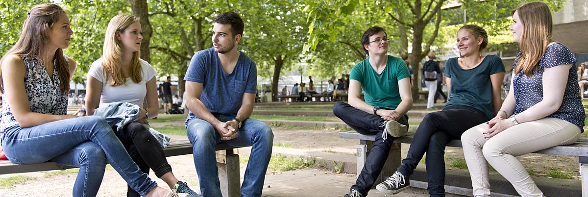 Gruppe Studierende draußen vor ZHG