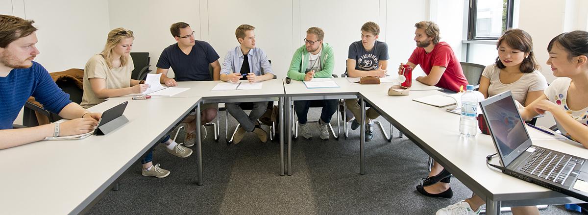 Gruppe Studierende im Seminarraum