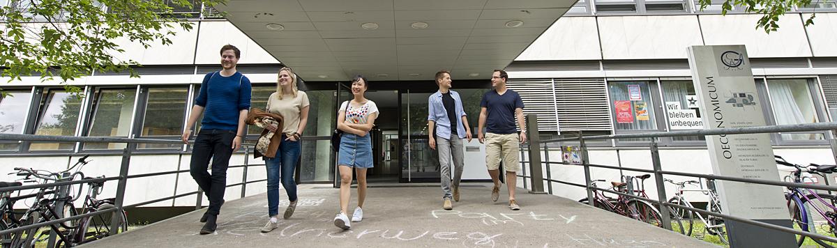 Gruppe Studierender vor dem Oeconomicum