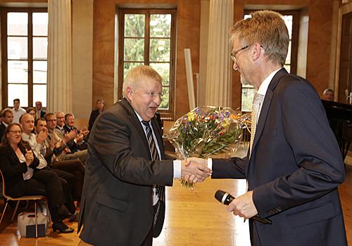 Prof. Toporowski überreicht Prof. Rübel einen Blumenstrauß zum Dank für sein langjähriges Engagement als Studiendekan.