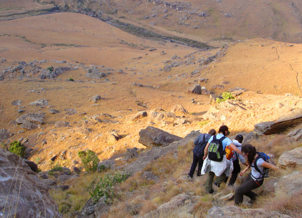 Studierende aus dem Göttinger Bachelor Geographie erkunden das Gelände mit ganzem Körpereinsatz